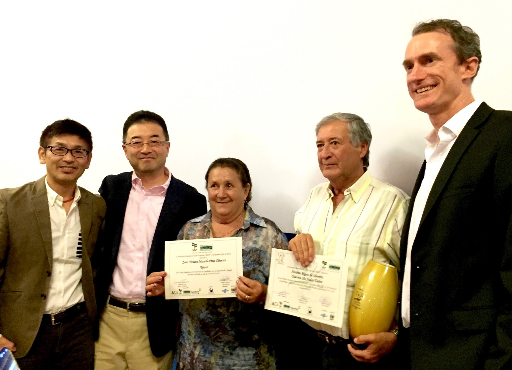 優勝農園タデウの農園主ご夫妻、COE主催団体ACE理事のWill Young氏、国際審査員三浦さんと。